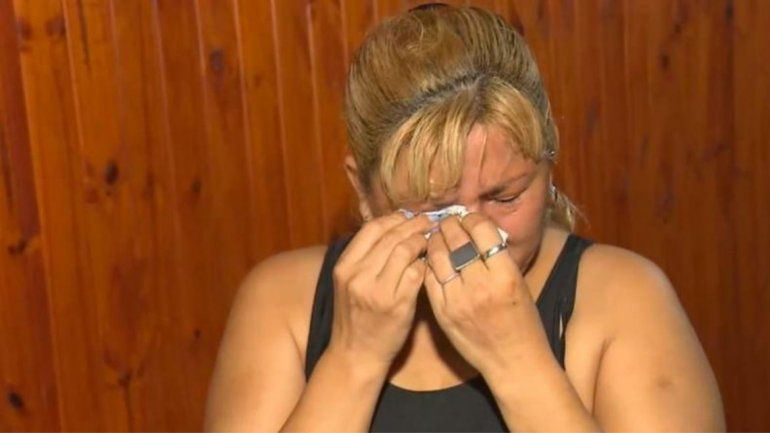 La madre de uno de los bailarines llora al relatar el engaño y la tragedia.