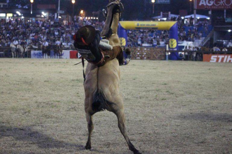 Festival de Jesús María: un jinete murió aplastado por un caballo