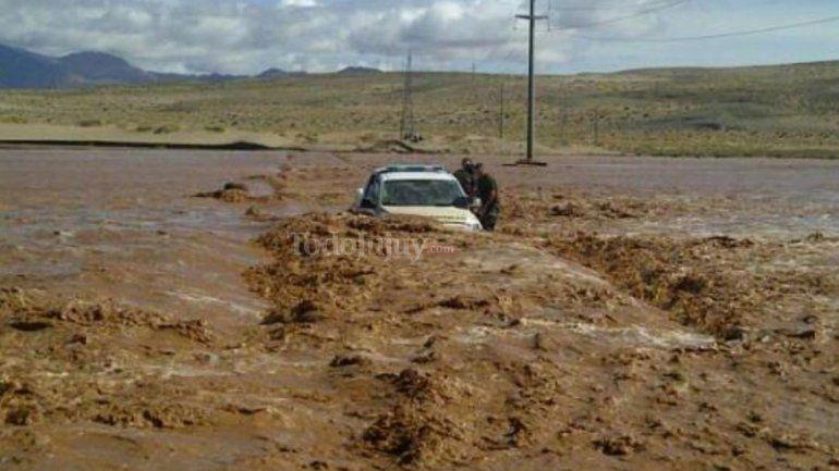 Creció un río, casi se lleva un móvil policial y 6 localidades quedaron aisladas