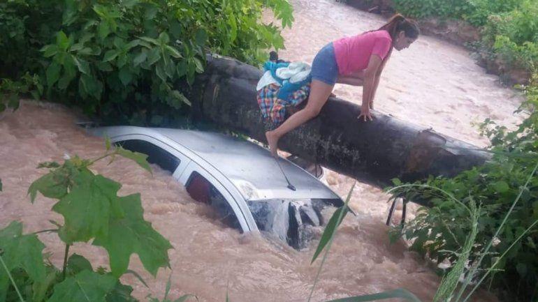 Un auto cayó en un canal de riego en Ledesma y una joven murió ahogada