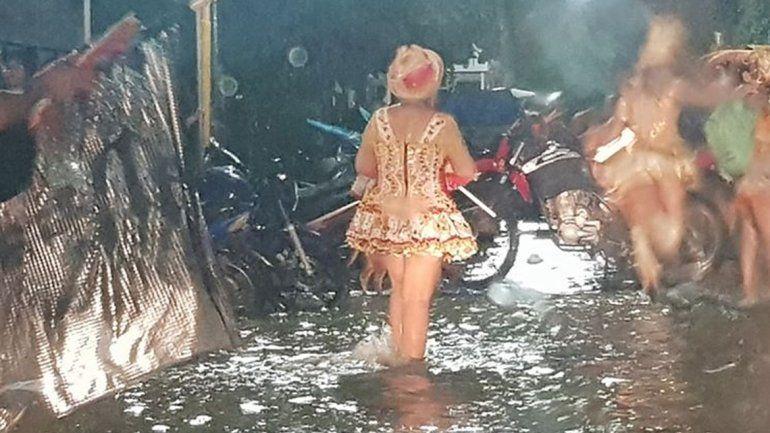 Polémica: el agua le llegaba a los tobillos y no suspendieron el corso