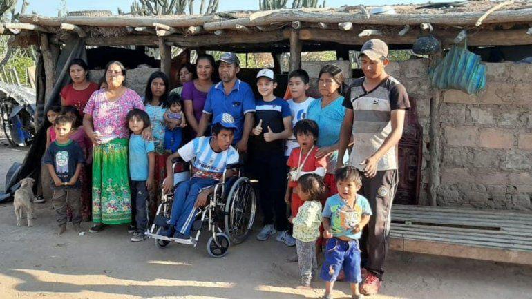 El Changuito Yuteño entregó a un niño wichi de Salta la silla de ruedas que le compró con lo que recaudó en sus shows.
