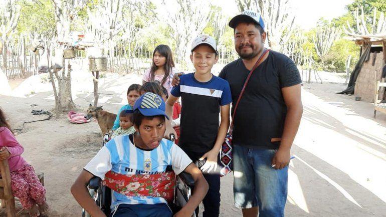 El Changuito Yuteño con Justino Arias y su nueva silla.