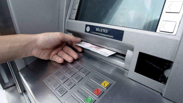 Los bancos aumentaron los topes de extracción por cajeros automáticos para evitar amontonamientos de gente.