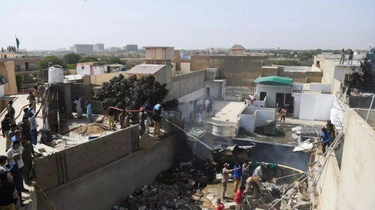 Se estrelló un avión en Pakistán: hay más de 100 muertos