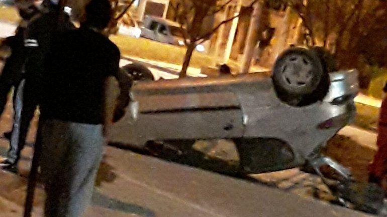 Avenida Forestal: un auto chocó y volcó