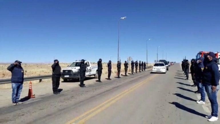 Un cortejo de móviles policiales acompañó hasta La Quiaca los restos del oficial policial que falleció con coronavirus.