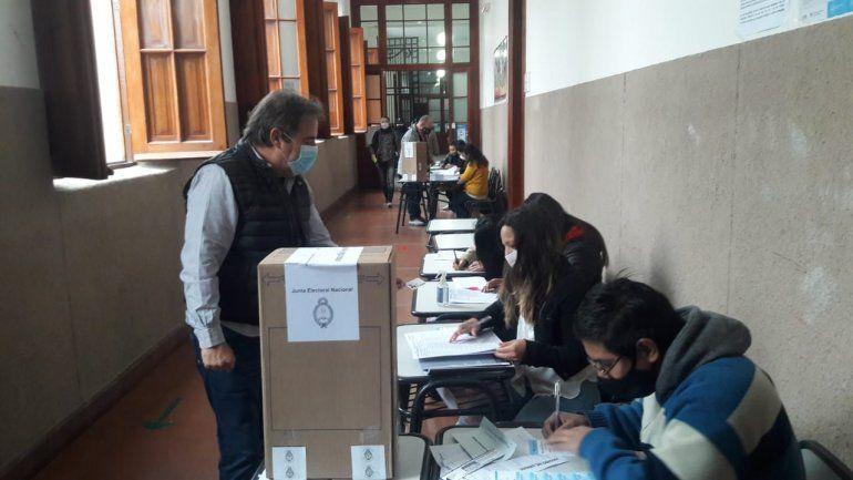 El presidente del bloque de la UCR votó en la Escuela Belgrano para las Elecciones 2021.