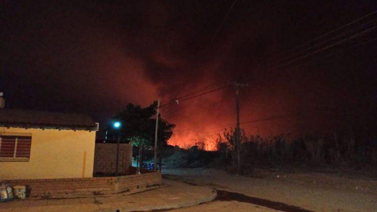 Los vecinos temen que las llamas lleguen hasta sus viviendas.