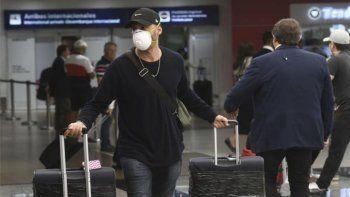 Aeropuertos y barbijos. Una escena que creció en estos meses. Hasta el 31 de marzo habrá cierre total de fronteras, puertos y terminales aéreas para contener el coronavirus.