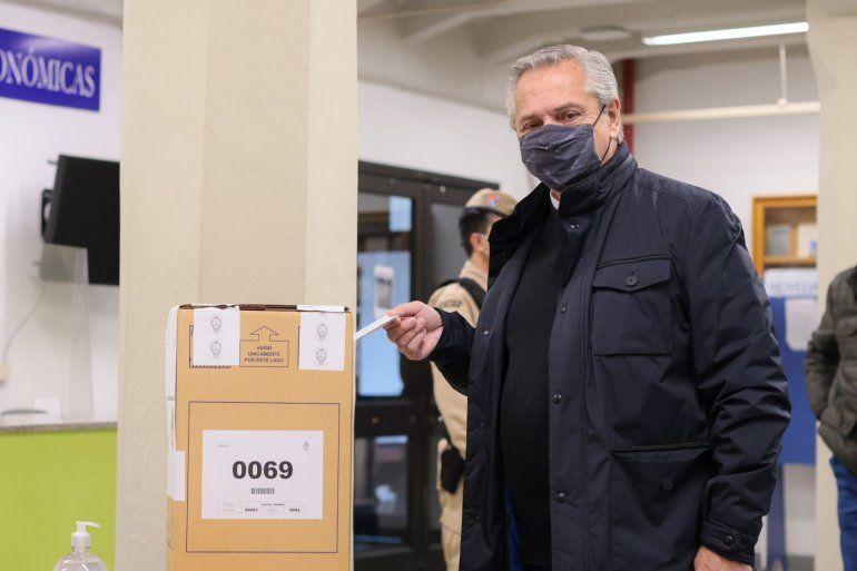 El presidente Alberto Fernández votó esta mañana en la UCA.