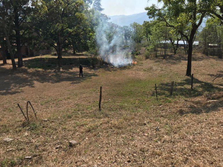 Otra muestra de irresponsabilidad: quemaba maderas al margen de la ruta