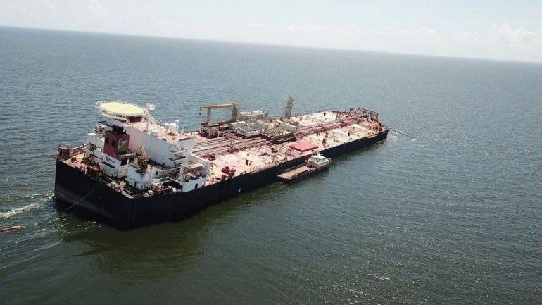 El petrolero Nabarima transporta más de un millón de barriles de crudo pesado y está muy deteriorado. Hay alarma por el peligro de un derrame frente a las costas de Venezuela. / Foto: EFE