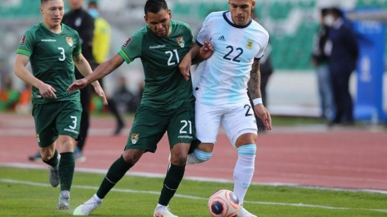 Lautaro Martinez pelea una pelota con Rudy Cardozo en Bolivia