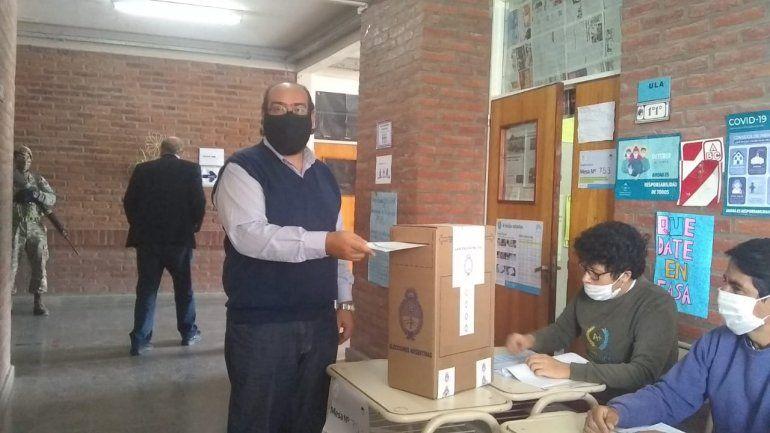 El intendente de Palpalá votó en el Colegio Secundario N° 53 de Artes Visuales.