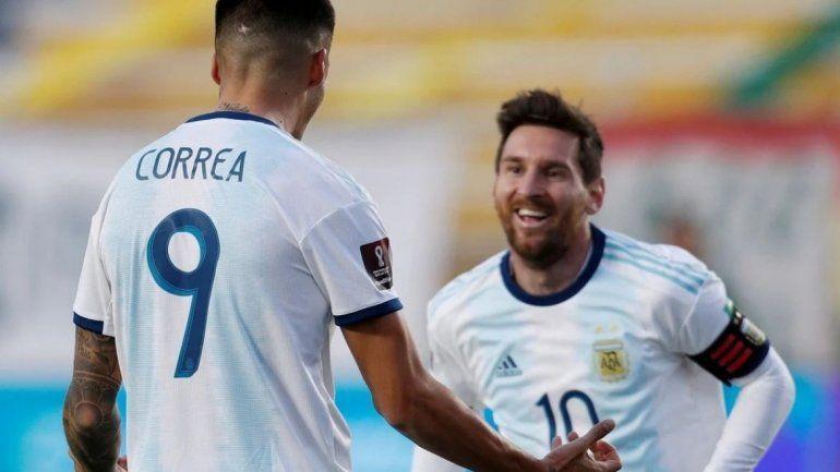 El capitán Lio Messi festeja con Joaquín Correa el segundo gol en La Paz. / Foto: Reuters