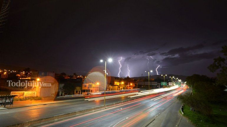 Rayos en el cielo jujeño anticipan la tormenta.
